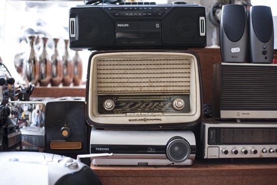 Luxe Badkamerspecialist ~   spullen verstopt tussen oude radio?s, voetballen en andere oude