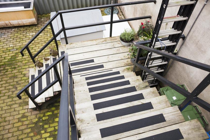Omdat de beneden verdieping van een andere bewoner is, hebben ze een grote houten trap aan de buitenkant om naar boven te komen, ik ben fan!