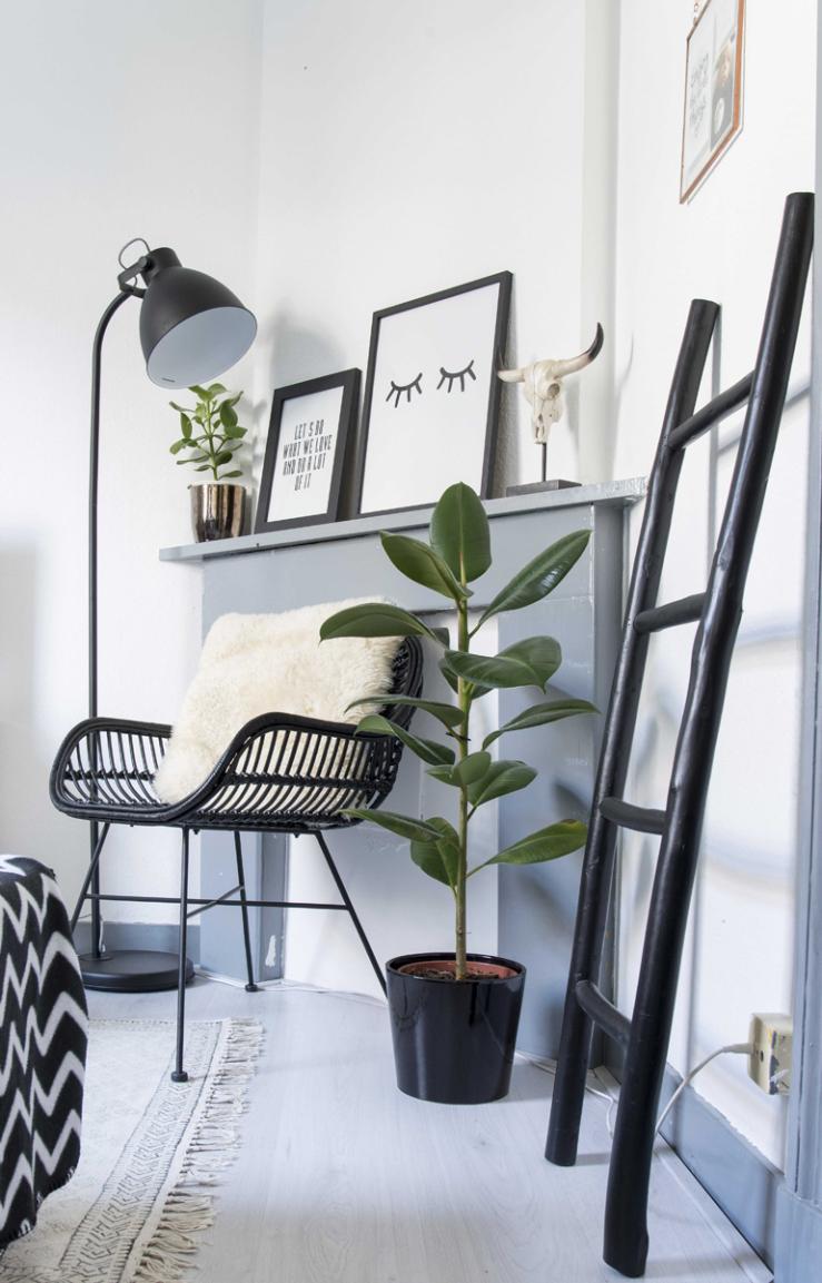 De zwarte lamp is van Leen Bakker,de plant is van Praxis, het trappetje is van Kwantum.