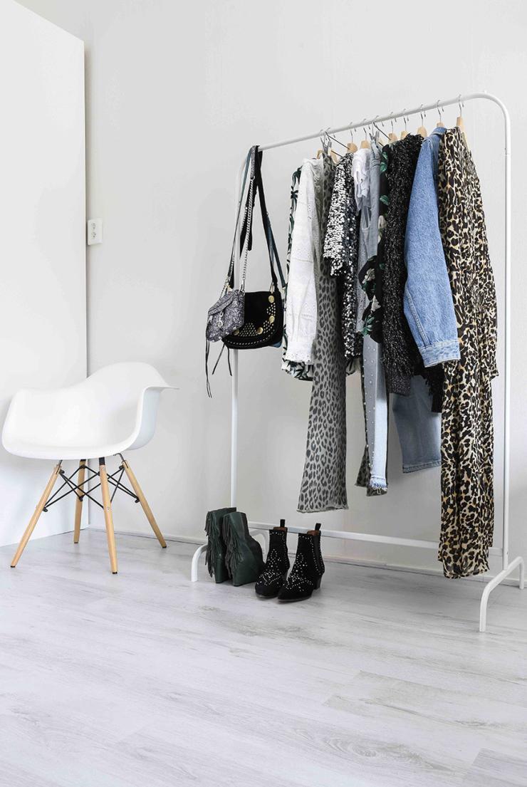 """Mijn kledingkast kocht ik bij Ikea. De stoel kreeg ik."""