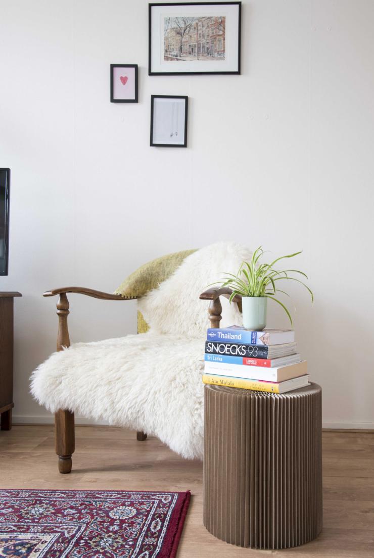 'De stoel komt van kringloop. Het vachtje kocht ik bij IKEA. Het tafeltje is van Flying Tiger.'