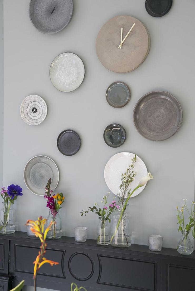 Pronken met borden aan de muur