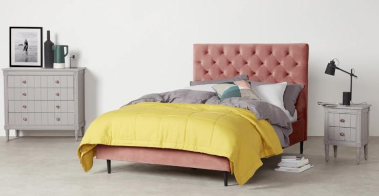 Woonfavorieten: fluwelen bed + gouden bijzettafel