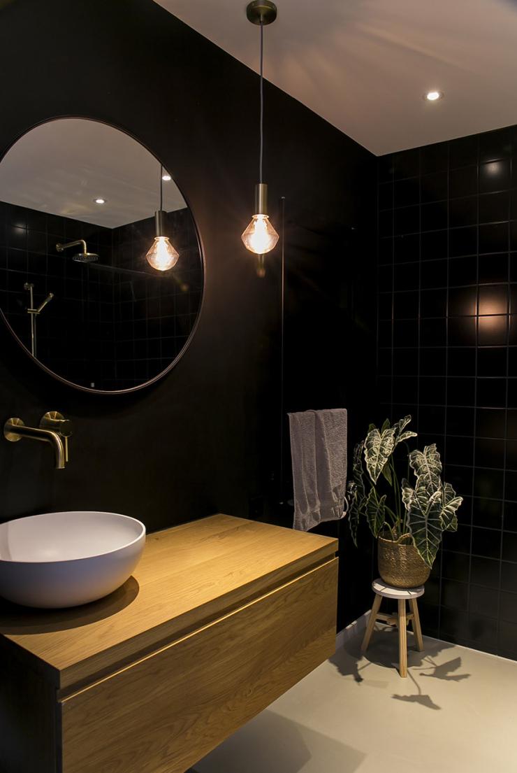 Mini make-over van de zwarte badkamer van Cynthia