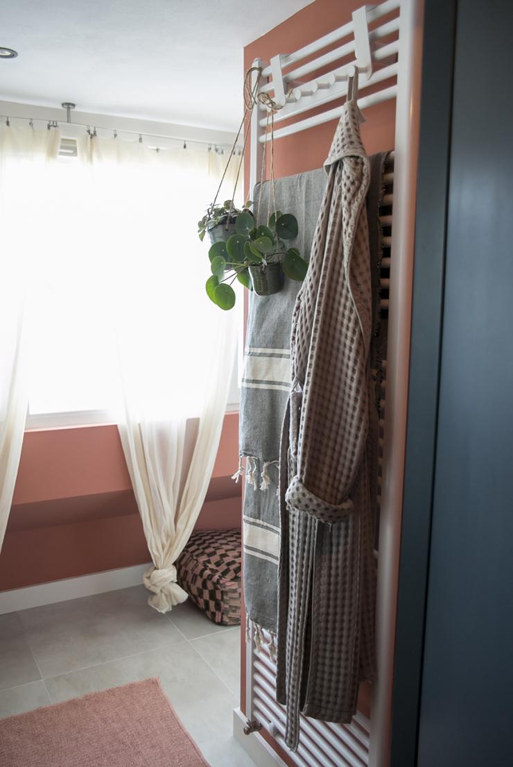 Kies eens voor een accentkleur in de badkamer