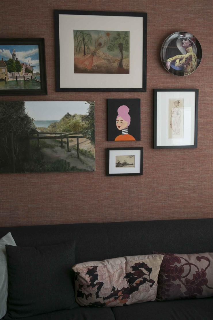 Werken met een mini expositie boven je bank