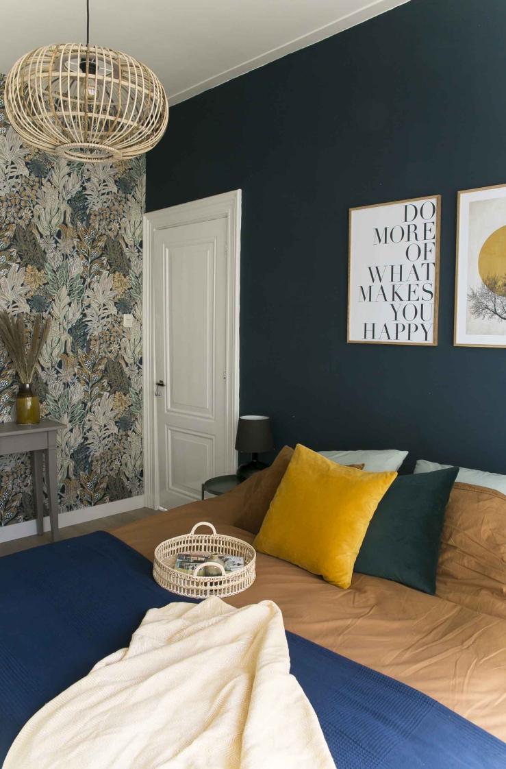 Werken met kleurrijk behang in de slaapkamer