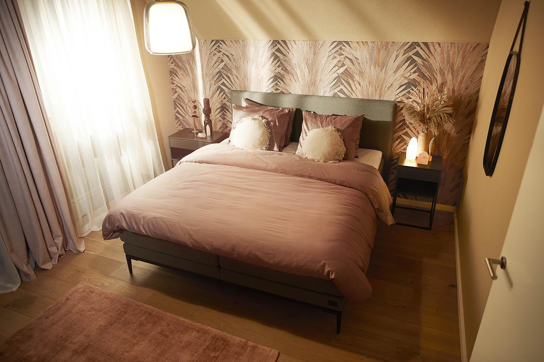Slaapkamer make-over vol poedertinten en zachte materialen