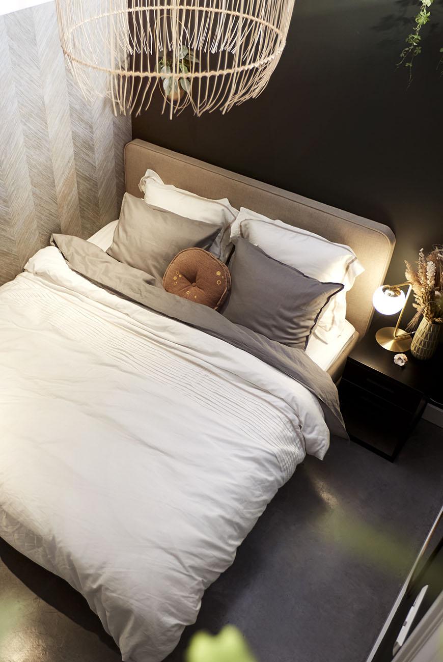 Slaapkamer make-over vol groen, messing én bijzonder behang