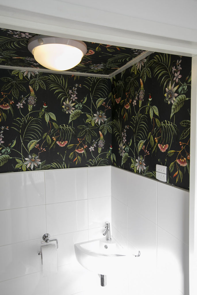 Wc pimpen? Check deze DIY plafond behangen