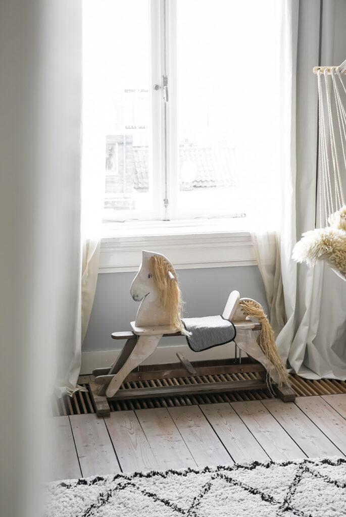 """Of er nog projecten op de planning staan? """"Altijd, hoewel dat niets met verbouwen te maken heeft. Ik zou mijn thuiswerkplek nog willen pimpen met nieuwe lampen en stoelen. En de kuipstoelen in de zithoek zijn prachtig, maar wil ik stiekem toch vervangen voor nieuwe. En zo zie je maar weer dat een huis nooit af is."""