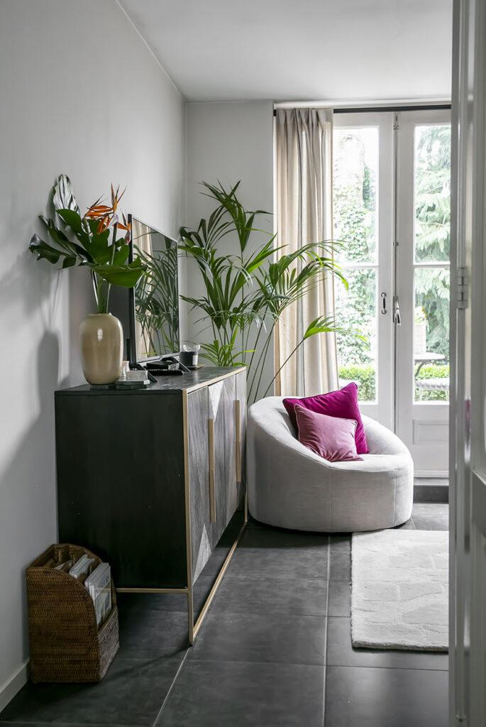 Binnenkijken in het cottage glam interieur van Roel uit Laren