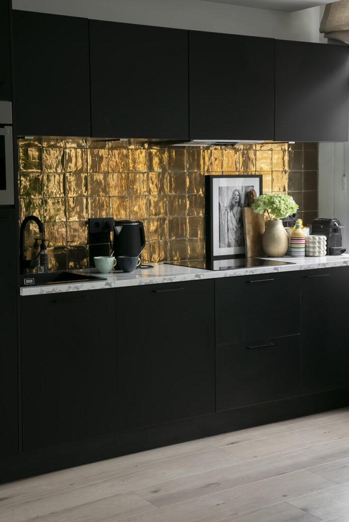 Maak je keuken instant chic met bronzen tegels