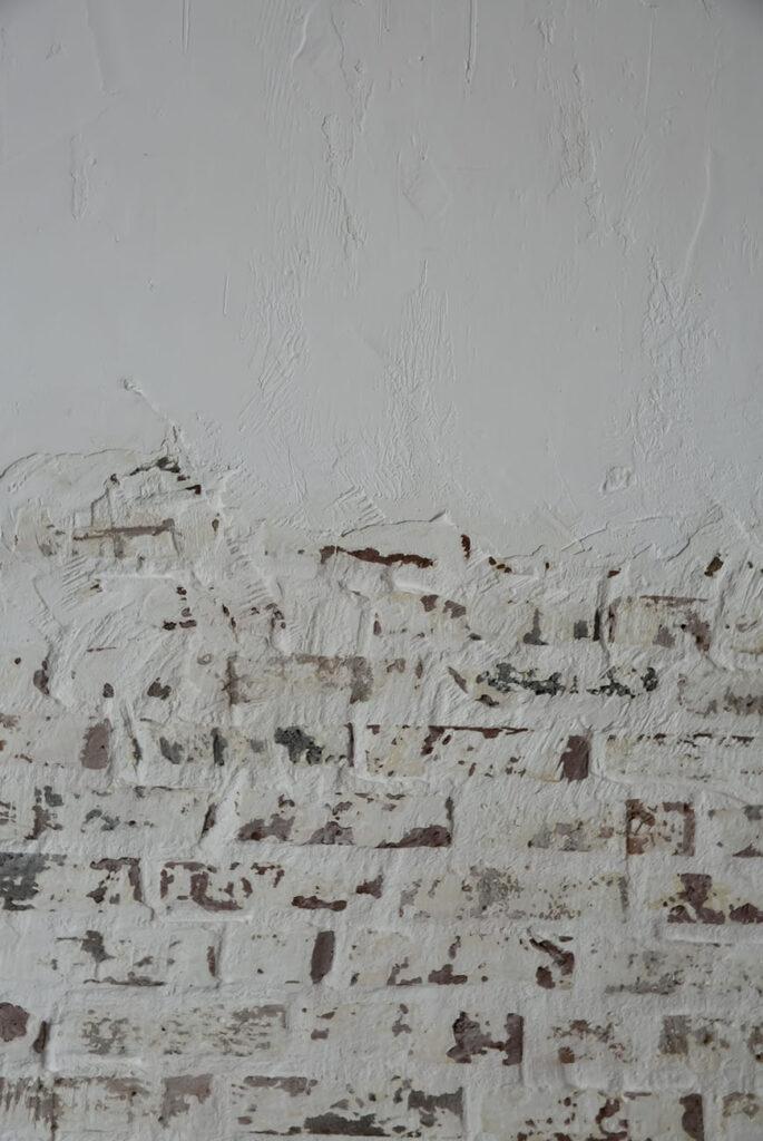 In de weer met een halve bakstenen muur in de woonkamer