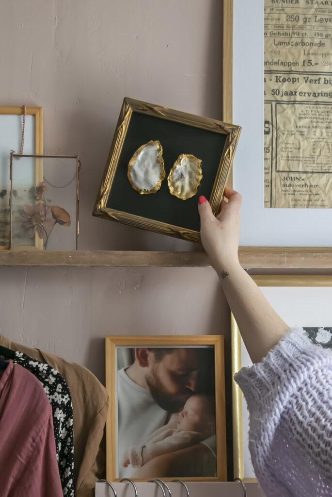 Mossels als ongewone woonaccessoires: spuit ze goud en lijst ze in